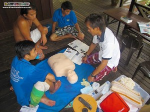PADI Instructor Cyril teaches EFR to our Divemaster trainees
