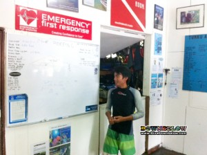 Victor the divemaster intern gives briefings a go