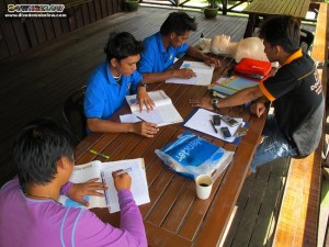 Wellson presents the Emergency First Response course to interns and boat captains