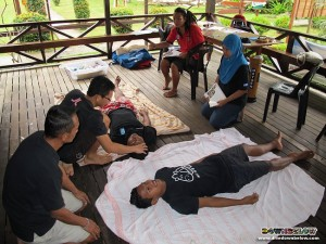 Roy conducts the EFR course for staff from Sabah Parks