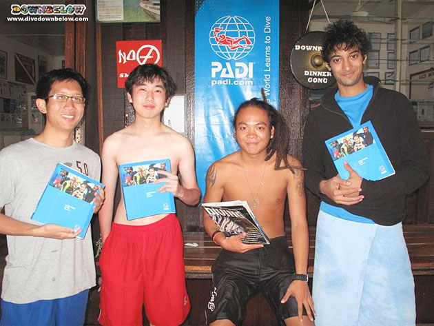 Instructor Roy (2nd from the right) teaches the PADI Open Water Diver course 3 eager new divers.
