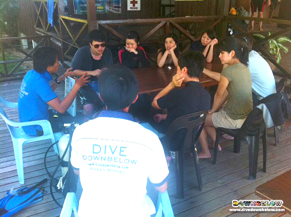 Victorley taking care of a group of Discover Scuba Divers under Cyril's supervision
