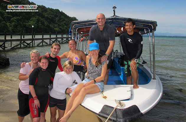 The bunch of early bird IDC canidates and DM interns, with resident PADI Course Director Richard and Downbelow Director Joanne.