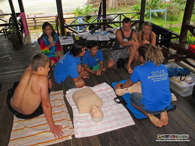 PADI IDC Staff Instructor Bob takes the IDC (and Divemaster) interns through the new EFR Course