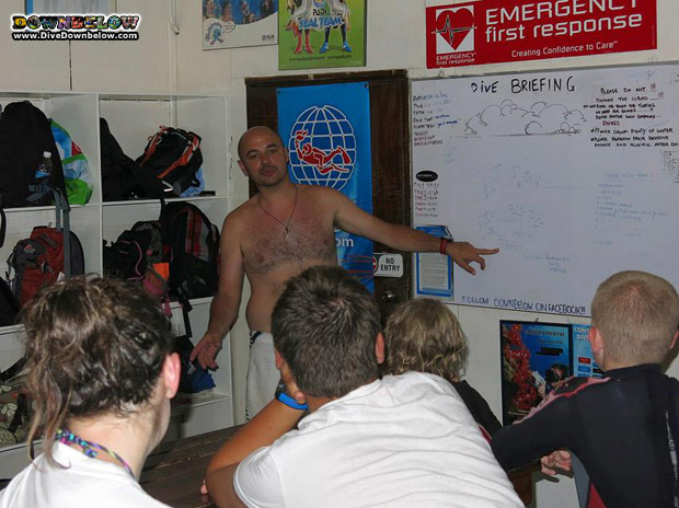 divemaster-intern-practises-dive-briefing